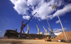 El puerto de Motril bate su récord al cargar 43.000 toneladas en un mismo barco