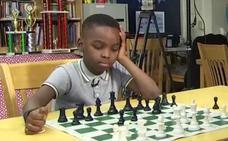 El niño de 8 años que deslumbra al mundo ante un tablero