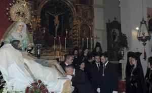 Los nuevos hermanos del Santo Sepulcro y la Virgen de los Dolores de Órgiva reciben la medalla de la cofradía