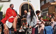 El sacerdote de Lanjarón recrea a Jesús sobre un borrico el Domingo de Ramos