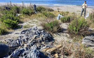 La basura de nunca acabar de la playa de las Azucenas