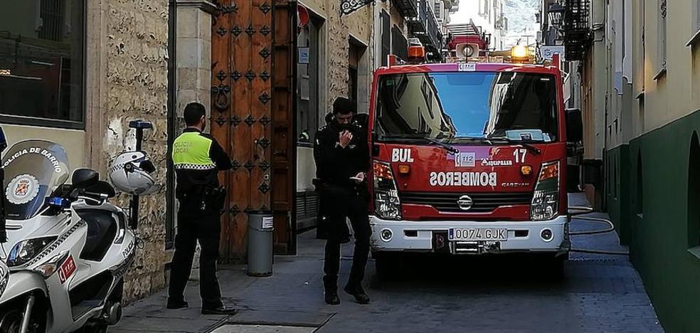 Los bomberos actúan en un incendio en la calle Mesa de Jaén