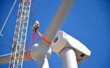 Así fue la colocación de las palas del aerogenerador más alto de España