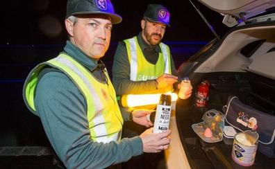 Dos guardias civiles preparan el biberón al bebé de un conductor que tenía su coche averiado en plena carretera