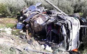 Fallece un hombre tras volcar un camión que transportaba aceite en Iznalloz
