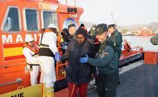 Llegan a Motril las 51 personas rescatadas de una patera