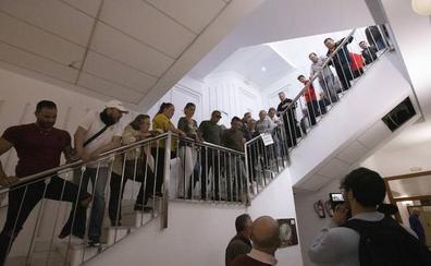 La Policía impide la entrada al pleno de Motril a un grupo de trabajadores de la limpieza