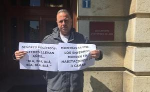 La Ciudad Sanitaria de Jaén, la tercera cama y pancartas fuera