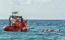 Rescatan a un windsurfista en la playa de El Palmeral de Almería