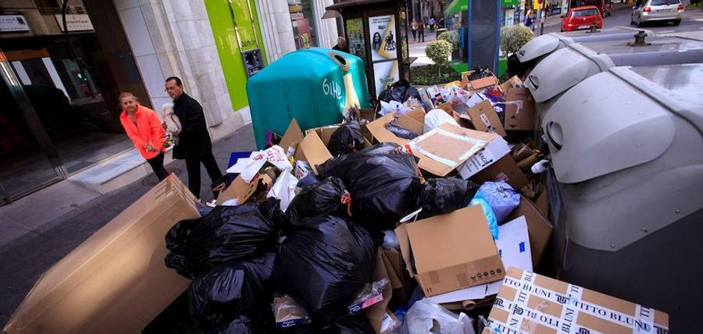 La basura llena Motril tras la segunda noche sin recogida de contenedores