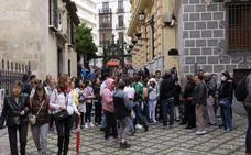 Ni la lluvia puede con los turistas en el Jueves Santo granadino