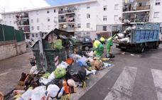 Diez camiones y 33 operarios trabajan a destajo para borrar la huella de la huelga de basura en Motril