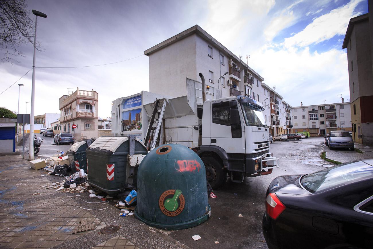 Así se están recogiendo las toneladas de basura acumuladas en Motril por la huelga