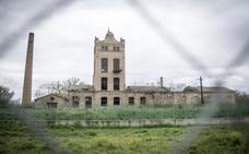 Urbanismo advierte del deterioro de la Azucarera, en ruinas y 'okupada'
