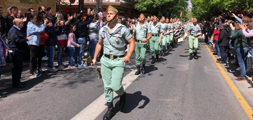 Miles de personas arropan a la Legión en Granada