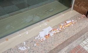 Podemos denuncia un «ataque» con banderas preconstitucionales de papel a su sede de Motril