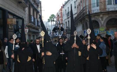 Una hermandad de negro derrocha Caridad por Almería