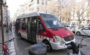 Una motorista resulta herida tras chocar contra un microbús de la línea de la Alhambra