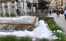 Unos vándalos llenan la fuente de la Plaza Isabel la Católica de espuma