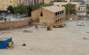 Adolescentes 'juegan' con las excavadoras dentro de las antiguas cocheras de la Rober