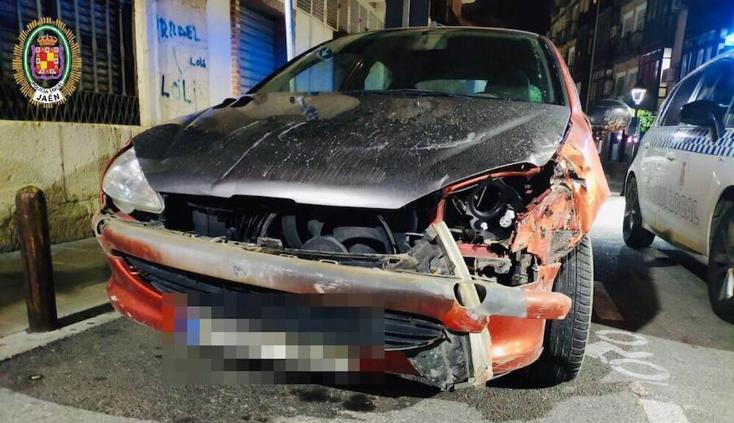 Se estampa con una farola en la calle Martínez Molina sin seguro ni ITV y sale corriendo