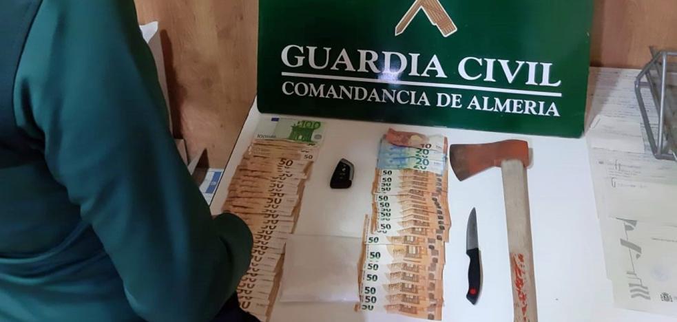 Intentan huir de la Guardia Civil y acaban detenidos por llevar cocaína y un hacha