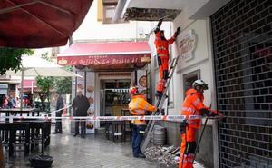 Cae un trozo de alero en calle Cárcel Baja de Granada