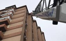 Caen cascotes desde 35 metros a la calle junto al Gran Eje de Jaén