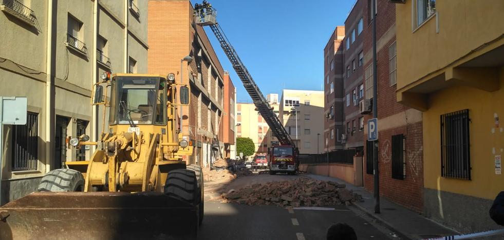 Los Bomberos de Almería retiran los escombros