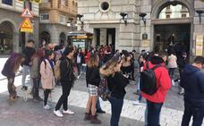 Hasta dos horas de cola para votar por correo en Puerta Real