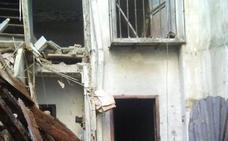 Se hunde la techumbre de una casa deshabitada en la calle Elvira