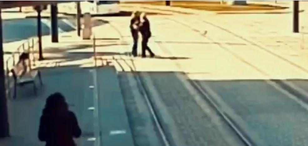 Un policía local de Granada evita que el metro arrolle a una mujer ciega desorientada en la vía