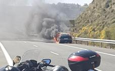 Un coche ardiendo provoca el corte al tráfico de la A-44 durante unos minutos