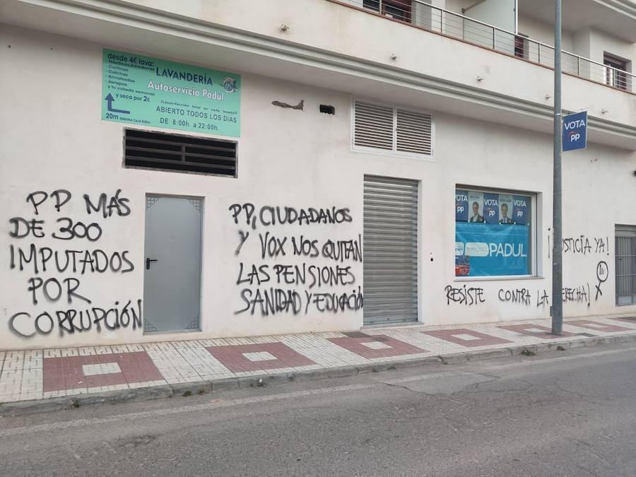 Pintadas frente a un colegio electoral de Padul el 28-A