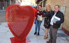 Tres grandes esculturas con forma de corazón recogerán tapones solidarios por Motril
