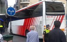 Un autobús queda atrapado en la calle Virgen Blanca de la capital