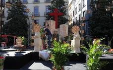 Plaza del Carmen luce una cruz 'de urgencia' montada en apenas 12 horas