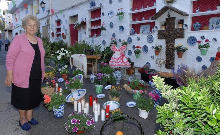 Una docena de cruces embellecen las calles de Lanjarón con motivo del Día de la Cruz