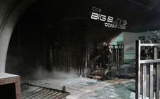 Los Bomberos de Almuñécar sofocan un incendio en el exterior de una discoteca
