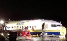 Un avión con 143 personas a bordo se sale de la pista y acaba en un río en Florida