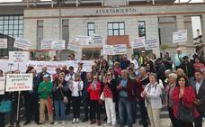 Unos 300 propietarios de apartamentos de Salobreña se concentran para exigir una mejora de los servicios