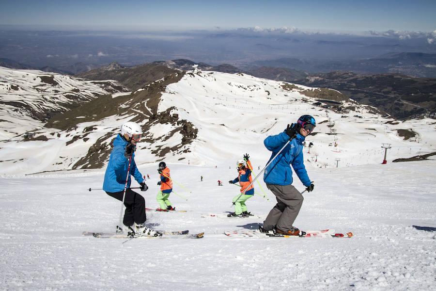 4.800 esquiadores en el último día de temporada de Sierra Nevada