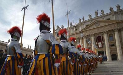 El Vaticano necesita guardias suizos: ofrece puestos de empleo a 1.500 euros
