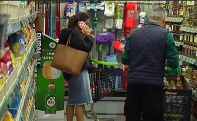 El riesgo de ir al supermercado con el móvil: te sale más caro