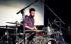 Juanca, batería de Supersubmarina, forma una banda musical con su hermano