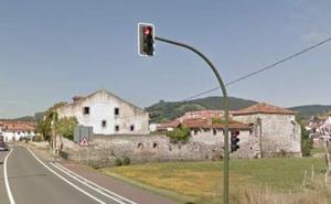 Muere un hombre y su mujer está muy grave al ser embestidos tras parar en un semáforo rojo