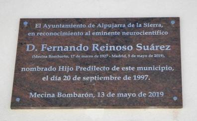 Alpujarra de la Sierra dedica una placa en reconocimiento al eminente neurocientífico Fernando Reinoso Suárez