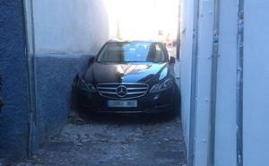 Empresarios y vecinos piden prohibir la circulación en las calles estrechas del Albaicín