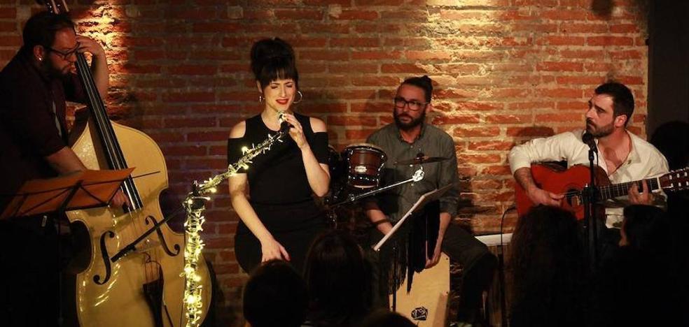La actriz y cantante motrileña María Cobos trae su música este viernes al teatro Calderón