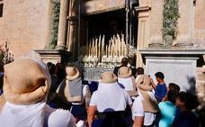 El desfile de la Virgen de las Maravillas por el centro de Granada y Realejo, en imágenes